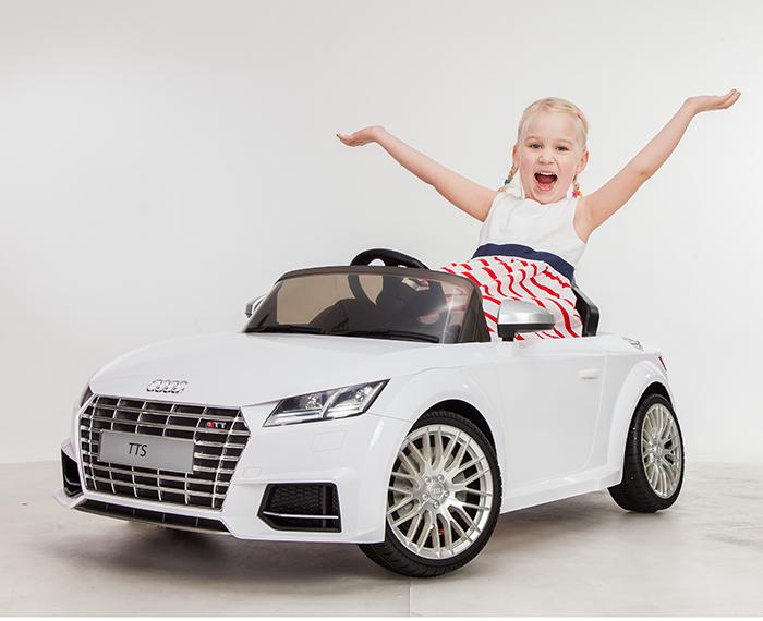 Kinder haben Spass mit dem elektrischen Kinderfahrzeug